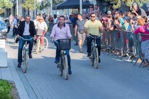 Emmanuel Macron Et Brigitte Macron A Bicyclette