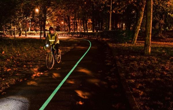 Une piste cyclable luminescente près de Bordeaux