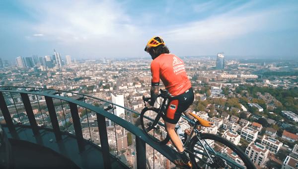 Quand Brumotti se balade à vélo à Francfort