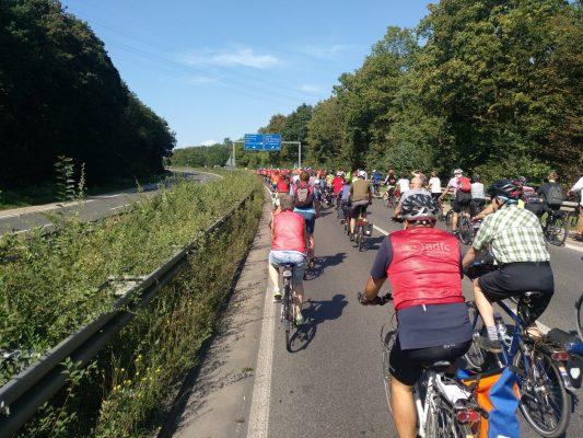 Manifestation à vélo en Allemagne contre le marché automobile