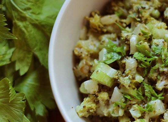Sałatka z brokułem, ogórkiem kiszonym i selerem naciowym