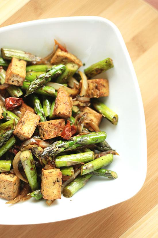 Stir fry ze szparagami i tofu
