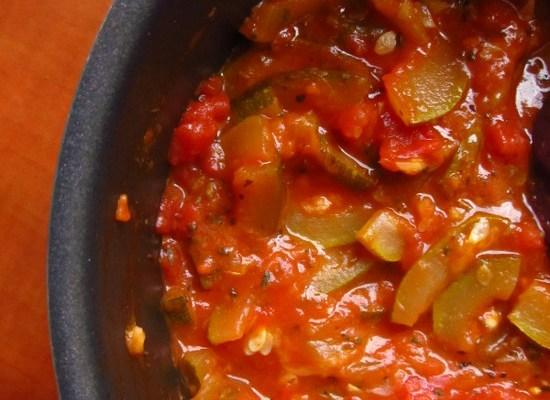 Cukinia z pęczakiem w sosie pomidorowym