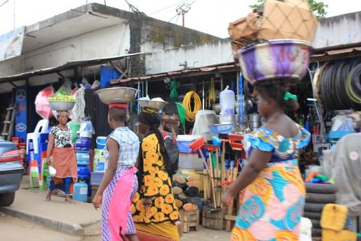 Frauen tragen die Waren auf dem Kopf