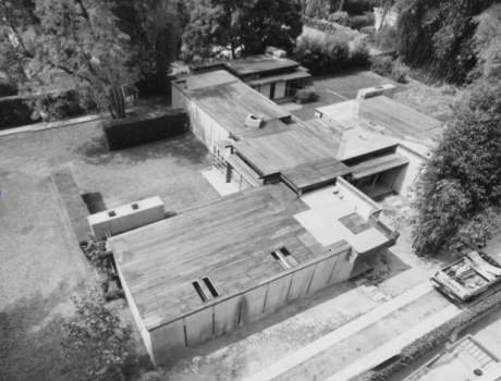 The Schindler House, 835 N. Kings Rd., designed by Rudolph Schindler and photographed by Julius Shulman in 1953. (© J. Paul Getty Trust. Getty Research Institute, Los Angeles 2004.R.10)