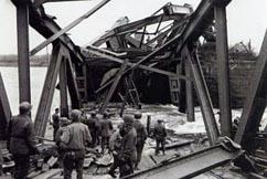 NorteAmericanos inspeccionando el puente hundido