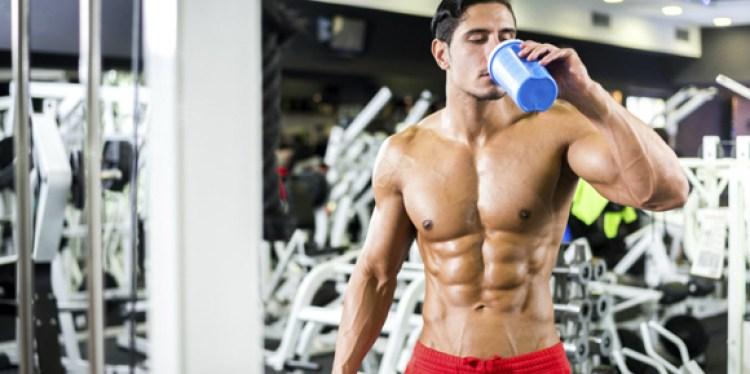 man-drinking-intraworkout-shake-in-gym