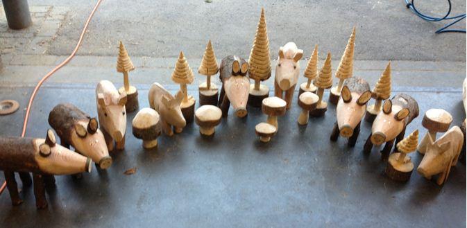 Holzskulpturen an der Galerie Denzelt
