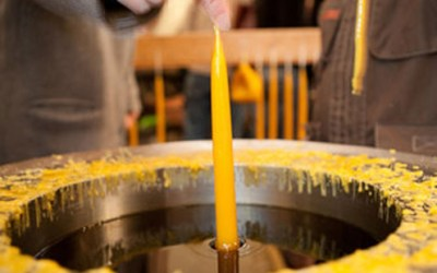 Kerzenziehen am Weihnachtsmarkt