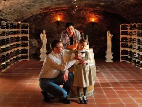 Familie Hoffmann im Weinkeller