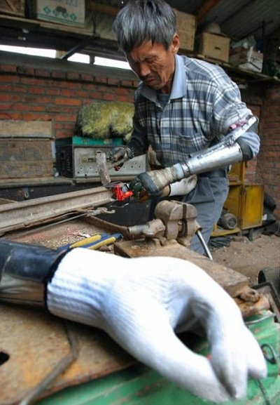 Chinese-farmer-builds-himself-bionic-arms-after-accident