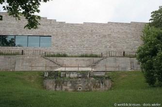 Kassel_Grimmwelt_KadawittfeldarchitekturAachen_mit_historischemBrunnen