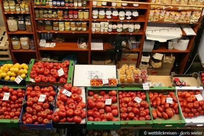Breslau_Markthalle_TomatenUndEingemachtes