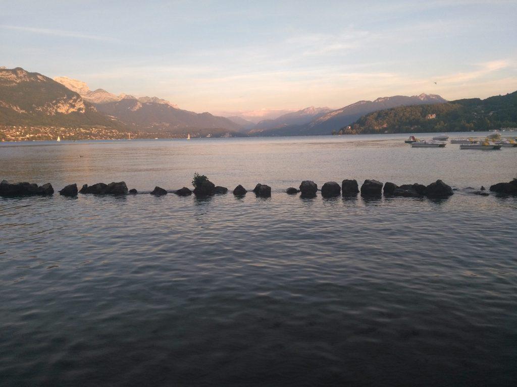 Le lac d'Annecy à la tombée de la nuit