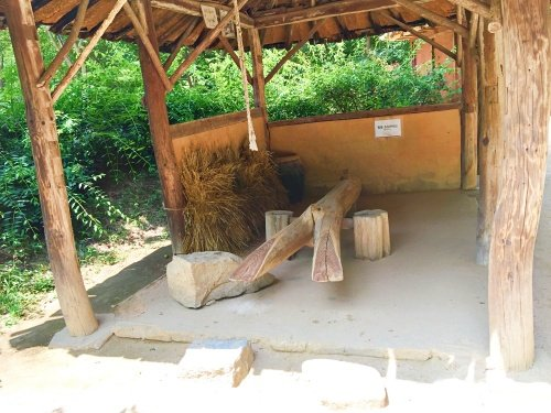 Several replicas of ancient workshops can be found all over.