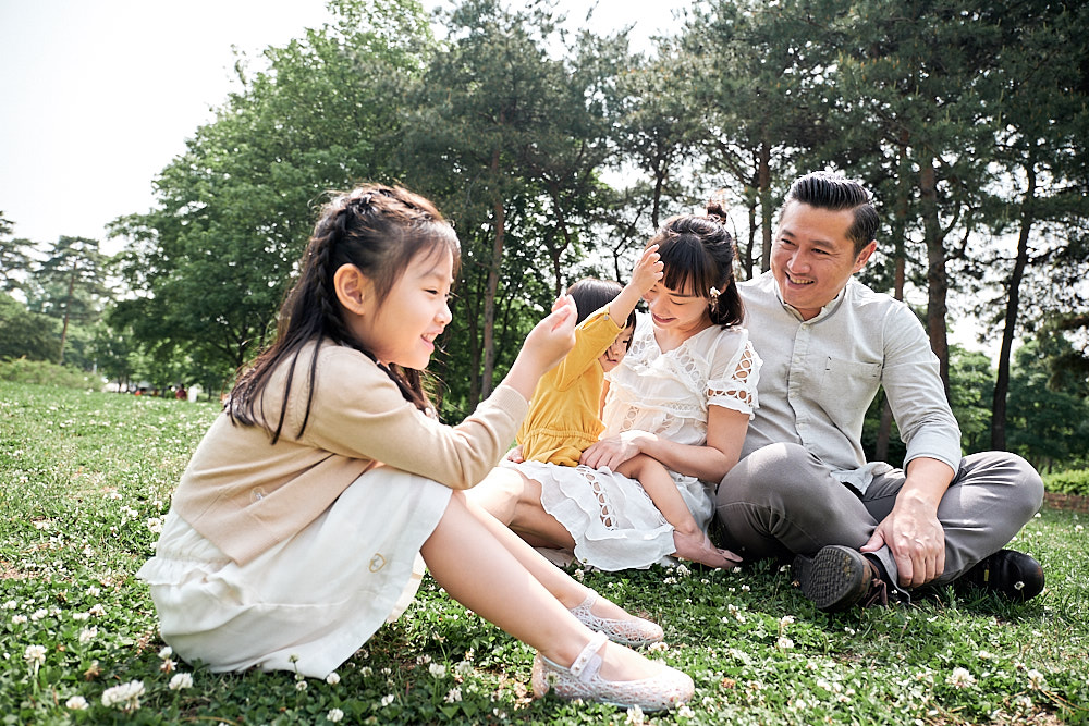 Family Portrait Photography World Cup Park Seoul - Reading a book
