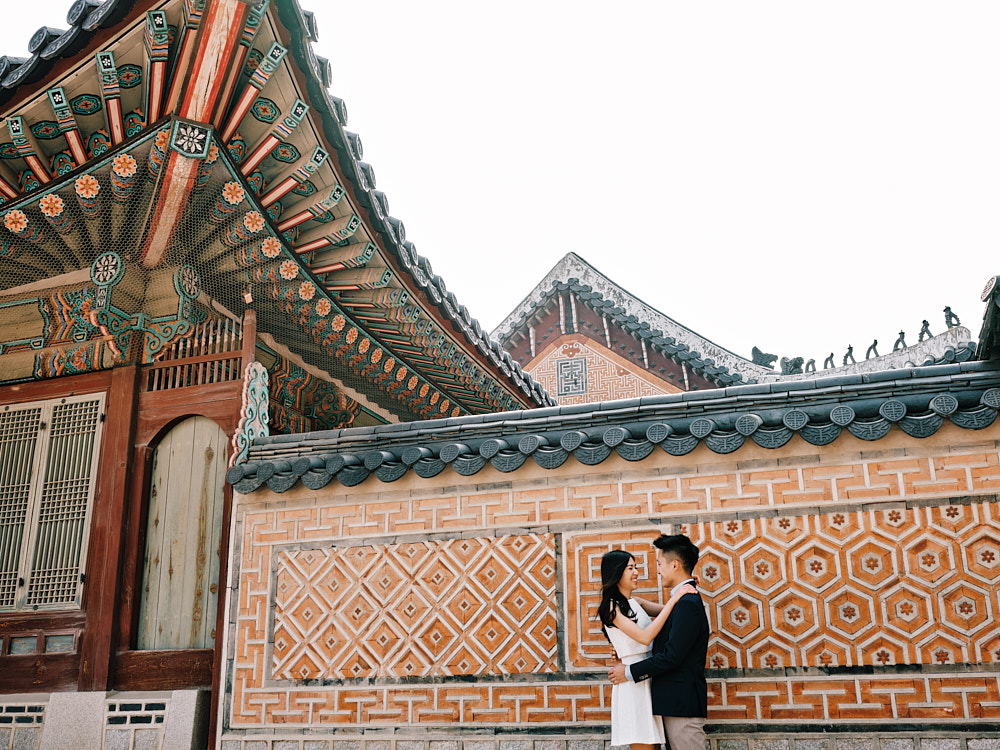 Gyeongbokgung's architecture is gorgeous at any time of the year for a couple session