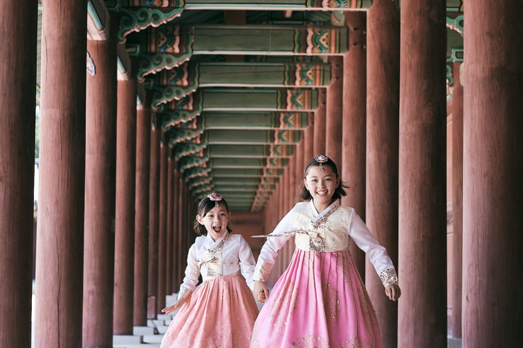 Hanbok Photoshoot Seoul - Girls Running in Hanboks