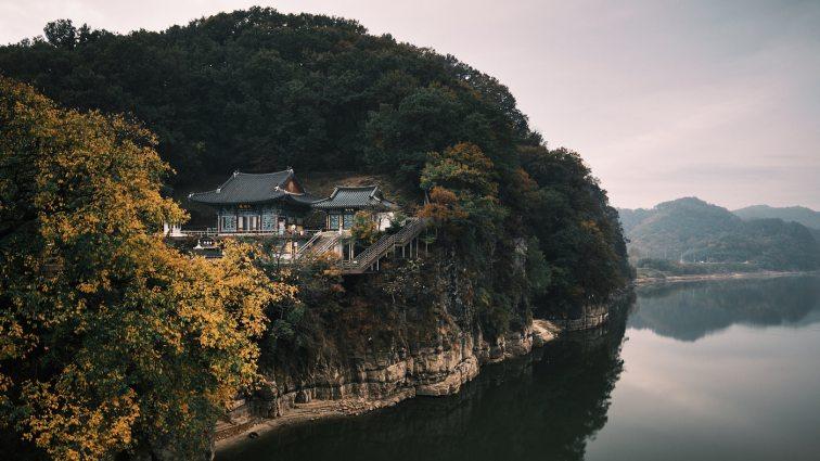 Cliffside Templ - Korea Cross Country Cycling