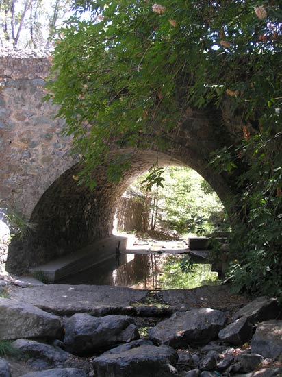 A short stroll across this bridge leads to the picnic site