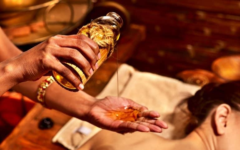 Körperöl auf einer Hand beim Masseur