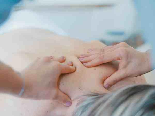 Massage am Rücken und Nacken