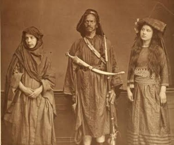 Image from the World Exhibition in Vienna (Les costumes populaires de la Turquie en 1873) and a photograph entitled 'Arabs from the vicinity from Mecca'.