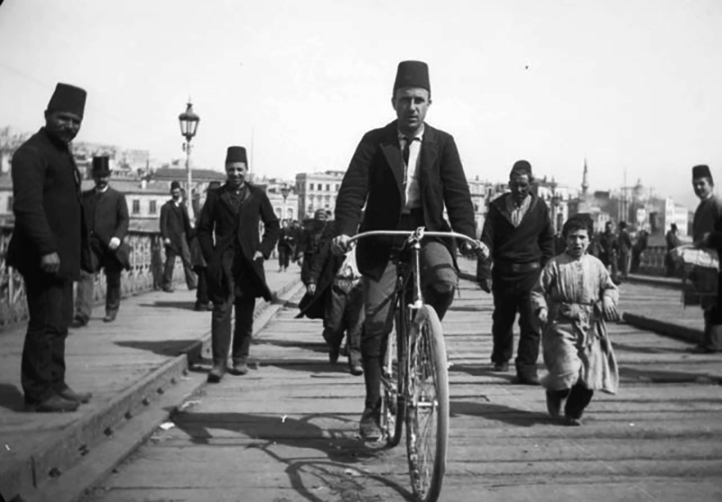 Sachtleben cycles over the Galata Bridge