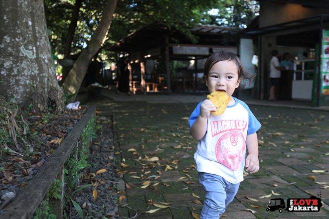 Eating tempe mendoan in Bogor_Quantum Nursery Bogor_Kuntum Farmfield Bogor_Tasha May_welovejakarta_we love jakarta_jakarta with kids_kids in indonesia_what to do with kids on the weekend in jakarta