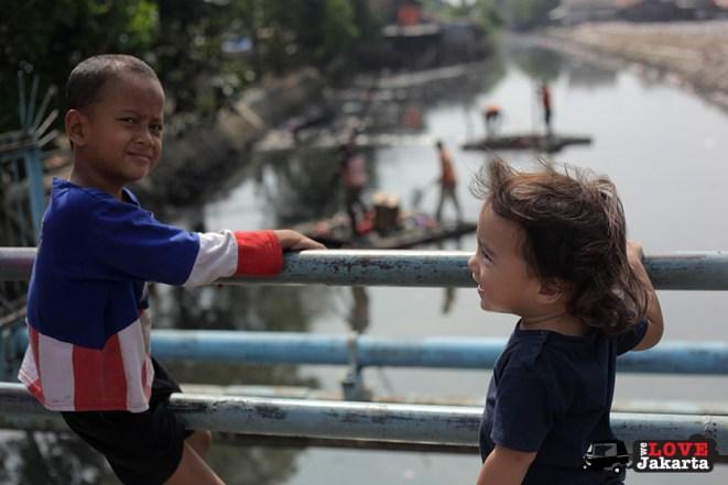 Tasha May_welovejakarta_We Love Jakarta_Rachel House_Kalibaru North Jakarta_kids on the bridge in Kalibaru Jakarta