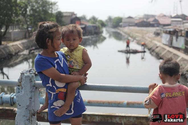 Tasha May_welovejakarta_We Love Jakarta_Rachel House_Kalibaru North Jakarta_kids on the bridge in Kalibaru Jakarta Indonesia