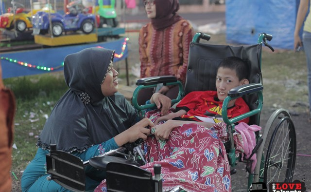 Tasha May_we love jakarta_Rachel House Indonesia_Palliative Care Indonesia_Rian and his mother