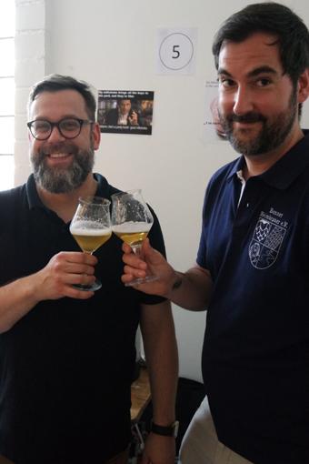 Dominik & Thomas - beide Mitglied der Heimbrauer - sichtlich happy mit ihrem Bier!