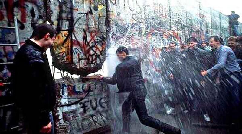 Il muro di Berlino abbattuto