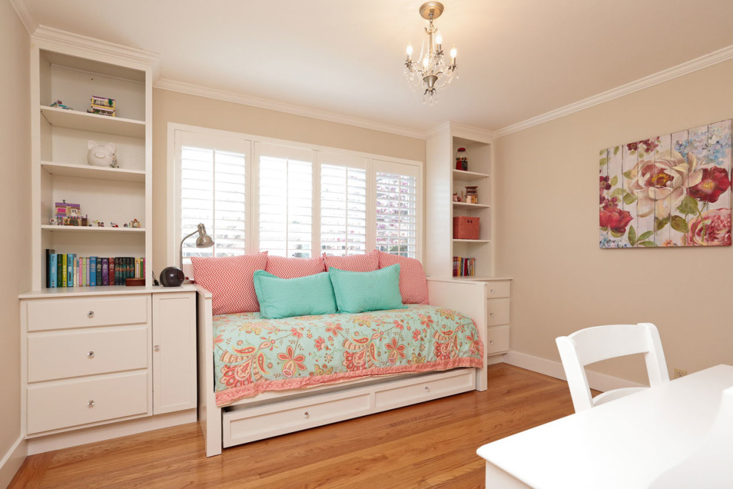 daybed with trundle under window