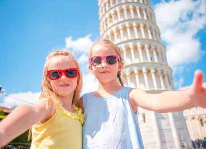 Kinder vor dem schiefen Turm in Pisa