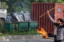 In Pakistan kam es am Donnerstag zu Ausschreitungen, Polizisten mussten vor dem Mob Deckung suchen