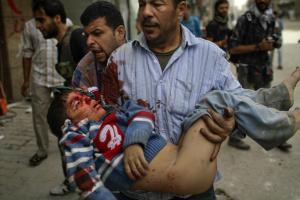 Ein Mann trägt einen verwundeten Jungen ins Krankenhaus von Aleppo. Im ganzen Land gingen am Wochenende die Kämpfe weiter