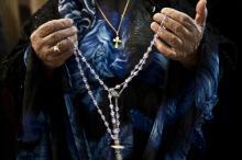 <br /> Eine christliche Irakerin betet in der St.-Joseph-Kathedrale den Rosenkranz<br />