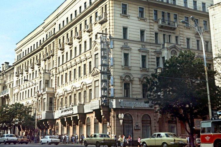 """Das Hotel Zentralnaja in der Moskauer Twerskaja Ulica ist besser bekannt als """"Hotel Lux"""", wie es in den Dreißigern hieß. Es beherbergte viele kommunistische Flüchtlinge aus Westeuropa, vor allem aus Deutschland. Unliebsame Genossen wurden hier von der sowjetischen Führung allerdings auch gegen ihren Willen festgehalten. Der Kopf ..."""