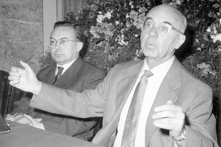 """Zurück zu den deutschen """"Lux""""-Bewohnern: Der spätere DDR-Kultusminister Johannes R. Becher beschrieb anschaulich die Angst der Hotelgäste vor dem sowjetischen Geheimdienst. Bei einer der von ihm beschriebenen """"Säuberungsaktionen"""" ..."""