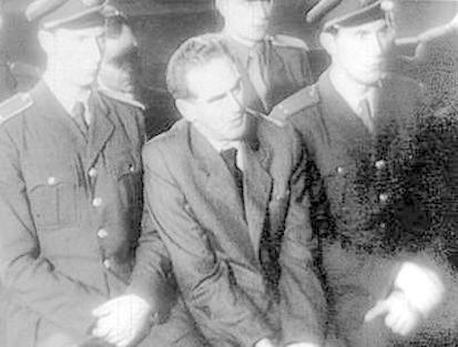 ... wie wie auch Rudolf Slansky (M.). Er stand mehrere Jahre an der Spitze der Kommunistischen Partei der Tschechoslowakei, wurde jedoch nach einem Schauprozeß 1953 als angeblicher Verschwörer hingerichtet. Ein ähnliches Ende ...