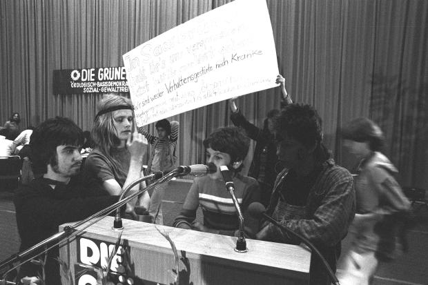 """Beim Grünen-Parteitag in Dortmund 1980 besetzten """"Stadtindianer"""" das Podium und propagierten auch Sex mit Minderjährigen. Die Grünen nahmen das hin"""