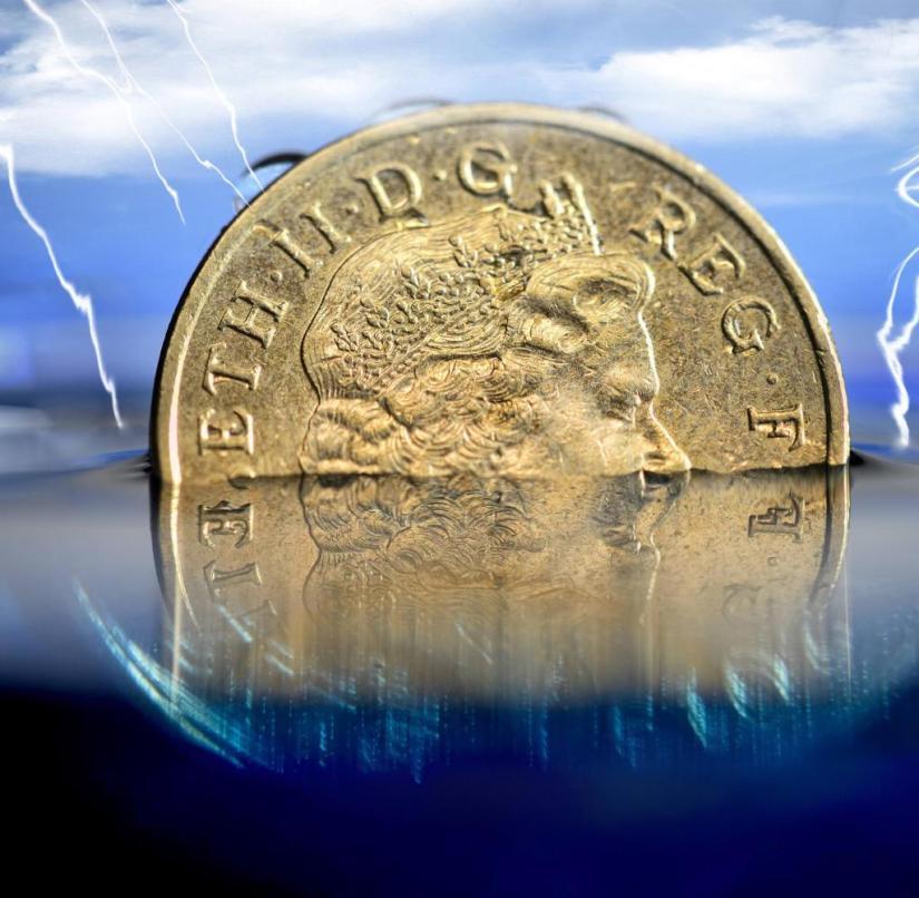 British one pound coin in the water, lower pound rate [ Rechtehinweis: picture alliance/chromoran