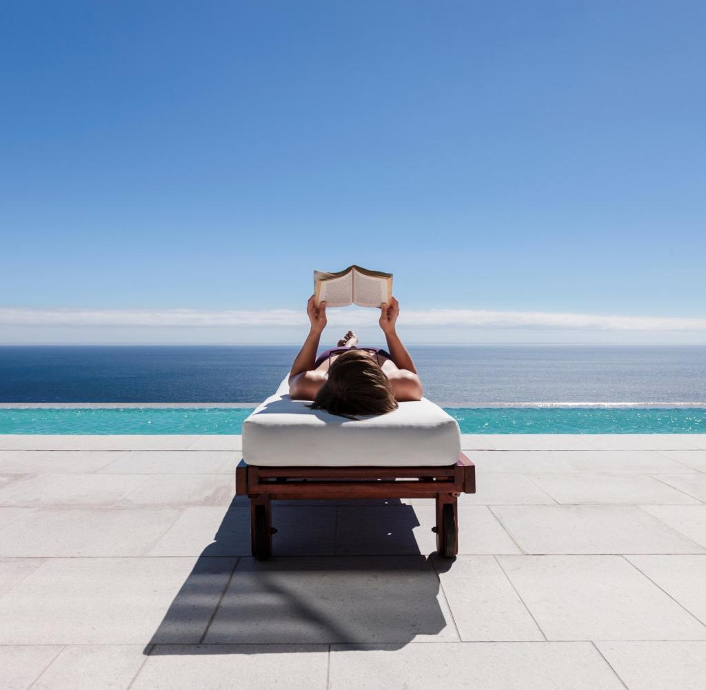 reading poolside lounge chair yoga breathing exercises lesen macht glücklich  ich kann es nicht mehr hören welt