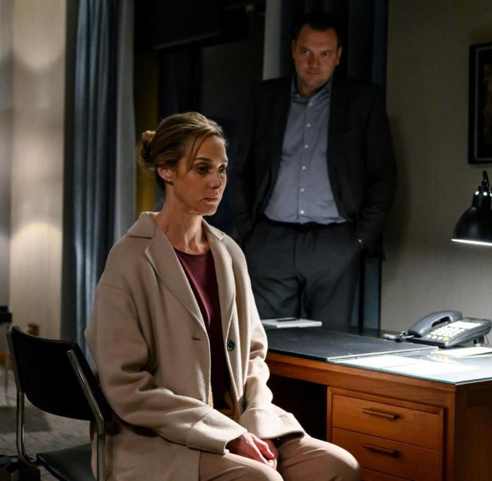 Thomas (Charly Hübner) is waiting for an answer from Judith (Sophie von Kessel).
