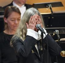 Nobelpreis-verleihung Bob Dylan Schwnzt Und Patti Smith