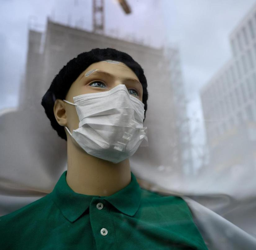 18.02.2020, Baden-Württemberg, Stuttgart: A mannequin with a breathing mask is in the window of a pharmacy. Photo: Sebastian Gollnow / dpa | Use worldwide