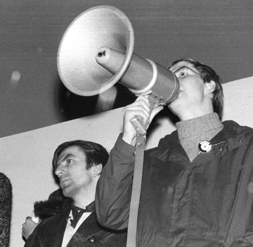 The student leader and ideologist of the Socialist German Student Union (SDS), Rudi Dutschke (2nd from left), on January 5th, 1968 in Baden Baden.  Left: Andreas Wiegand, chairman of the Humanist Union Baden Baden, with microphone Frank Wolff, the deputy SDS chairman.  On April 11, 1968, Dutschke was gunned down in front of the SDS office on Kurfürstendamm in Berlin on the open street by the 23-year-old worker Josef Erwin Bachmann and seriously injured.  He survived the assassination attempt but died on December 24, 1979 in Aarhus / Denmark, presumably from the long-term consequences.  +++ (c) dpa - report +++ +++ (c) dpa - report +++ [ Rechtehinweis: (c) dpa - Repor