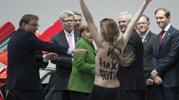 Merkel und Putin reagieren gelassen auf Nackt-Protest